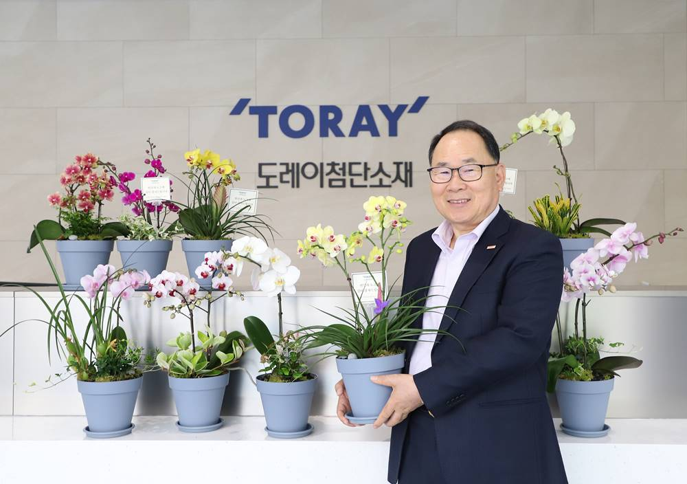 Lee Young-kwan, chairman of Toray Advanced Materials Korea Inc, joined the relay to help flower farmers.